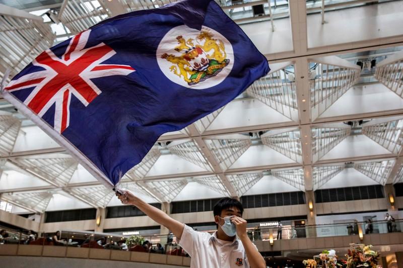 香港民眾在購物商場揮舞英屬香港旗幟。(法新社資料照)