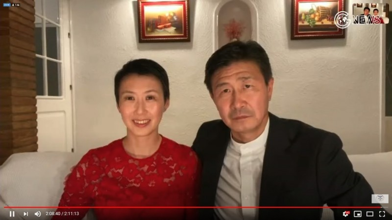 中國退休足球名將郝海東今天在郭文貴的YouTube頻道中,號召推翻執政的中國共產黨,他曾是世界羽球冠軍妻子葉釗穎也一起露面。(圖擷自YouTube)