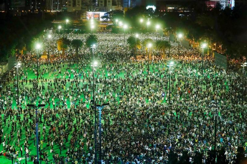 香港市民無懼政府打壓,湧入維園悼念六四。(路透)