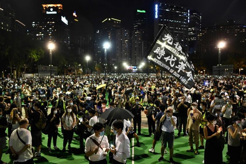 晚間8時晚會開始,主辦方帶領群眾在晚間8時9分默哀,象徵著六四發生的1989年。(法新社)