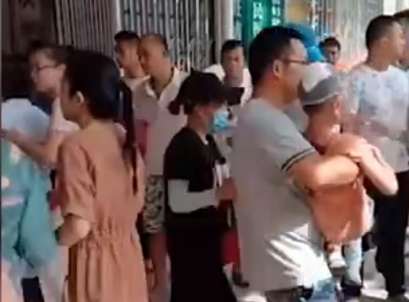 中國廣西梧州旺甫鎮中心小學今上午8時許,驚傳男子持刀傷人事件。(圖翻攝自微博影片)
