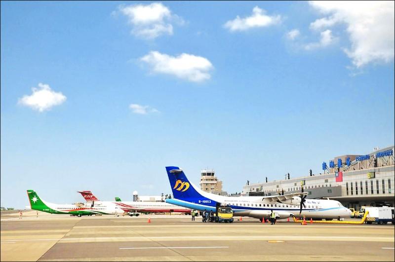 民航局昨宣布調降國內線機票價格,旅遊業者預估7月國旅市場將大爆炸,澎湖觀光更是熱門。(資料照)