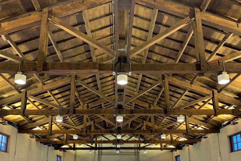南市歷建台鹽倉庫的屋頂木構。(記者楊金城翻攝)