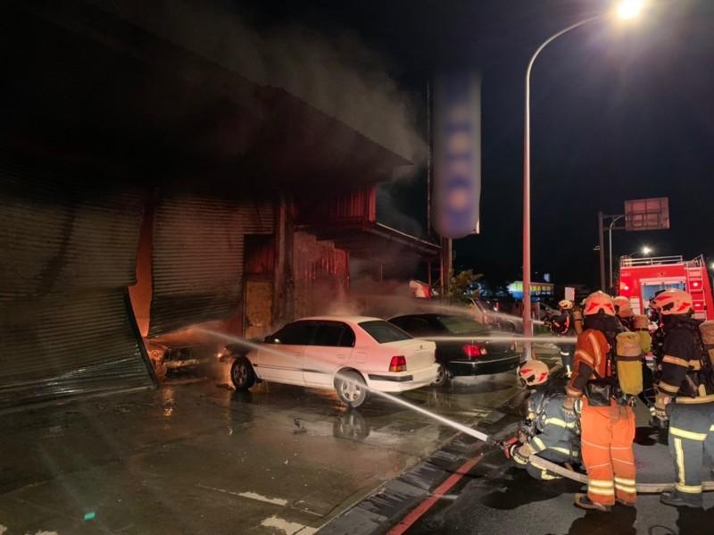 桃園區莊敬路二段一處汽車維修廠發生火警,消防隊員緊急前往灌救。(記者周敏鴻翻攝)