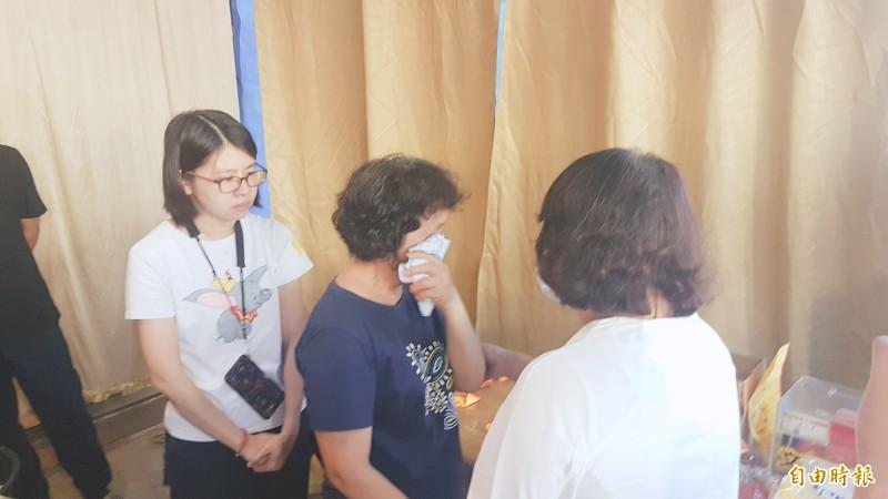 嘉義市長黃敏惠到李家慰問,李母難過痛哭。(記者林宜樟攝)
