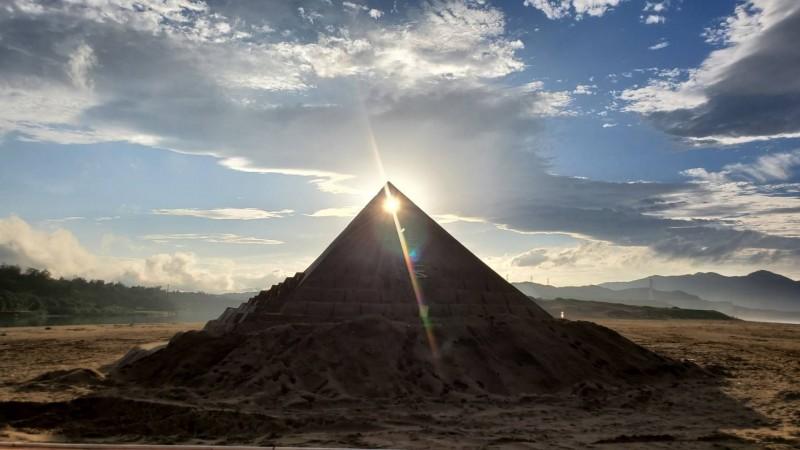 2020福隆沙雕季的作品,在落日的照射下,呈現不同的風貌。(記者俞肇福翻攝)