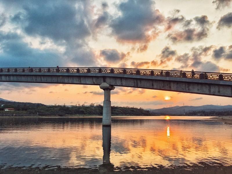 福隆的日落映照著雙溪河波光粼粼,海風徐徐吹拂,倘佯在這樣美景中,讓人心曠神怡。(記者俞肇福翻攝)