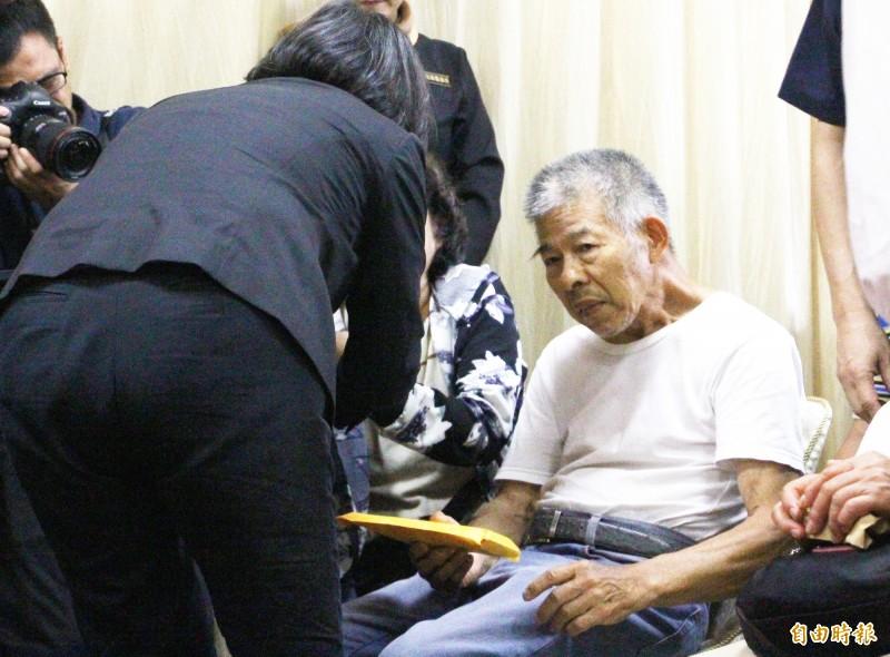 總統蔡英文去年(左)曾到嘉義市立殯儀館上香,李承翰父親當時難過到說不出話。(資料照,記者林宜樟攝)