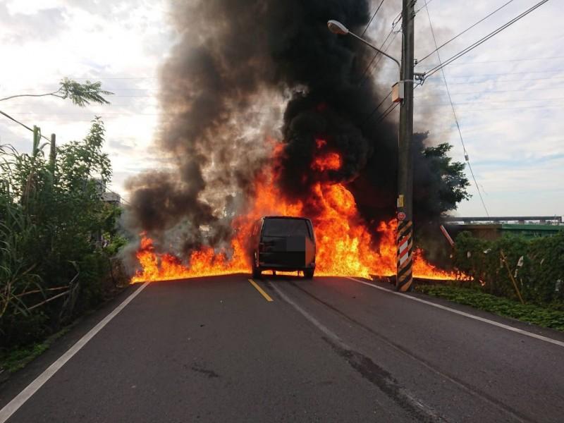 兩車陷入火海。(記者林敬倫翻攝)