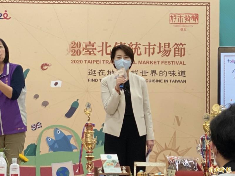 台北市副市長黃珊珊今宣布,台北捷運、公車跟進中央政策,民眾在車廂、車內可以不戴口罩,但入捷運閘門、上公車仍要戴口罩,進、出站不戴的話還是會被處罰。(記者楊心慧攝)