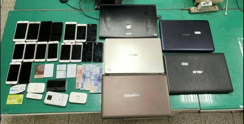 警方查扣筆記型電腦、手機等贓證物。(記者許國楨翻攝)