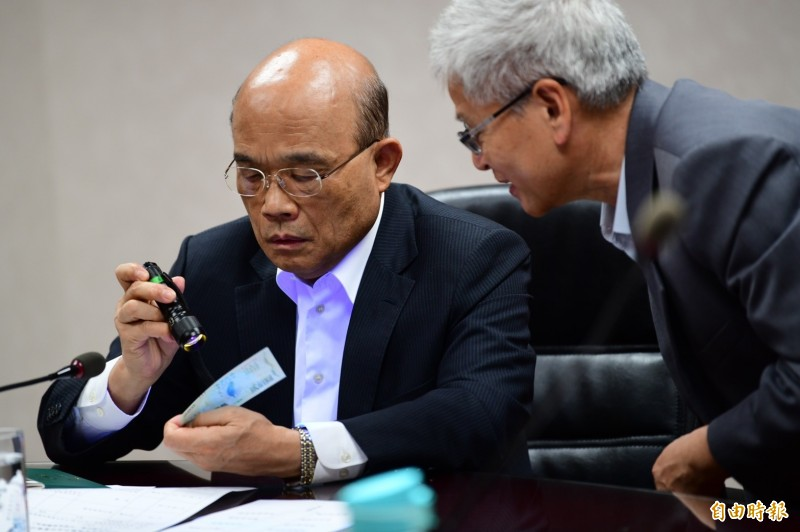 行政院長蘇貞昌視察振興三倍券的印制,他強調印製三倍券分秒必爭,要讓國人領到時驚艷。(圖為行政院提供)