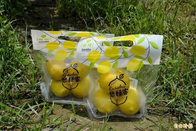 莊承翰在農產包裝上也相當用心,利用可延長保存的保鮮夾鍊袋直接在特定超市上架。(記者許麗娟攝)