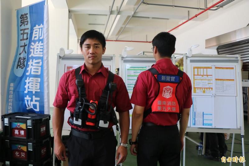 台南市消防局第五救災救護大隊自行研發幕僚戰術背心,讓後勤人員到現場時,不用拿著一堆裝備,可騰出雙手做其他事情,以利提升救災效能。(記者萬于甄攝)