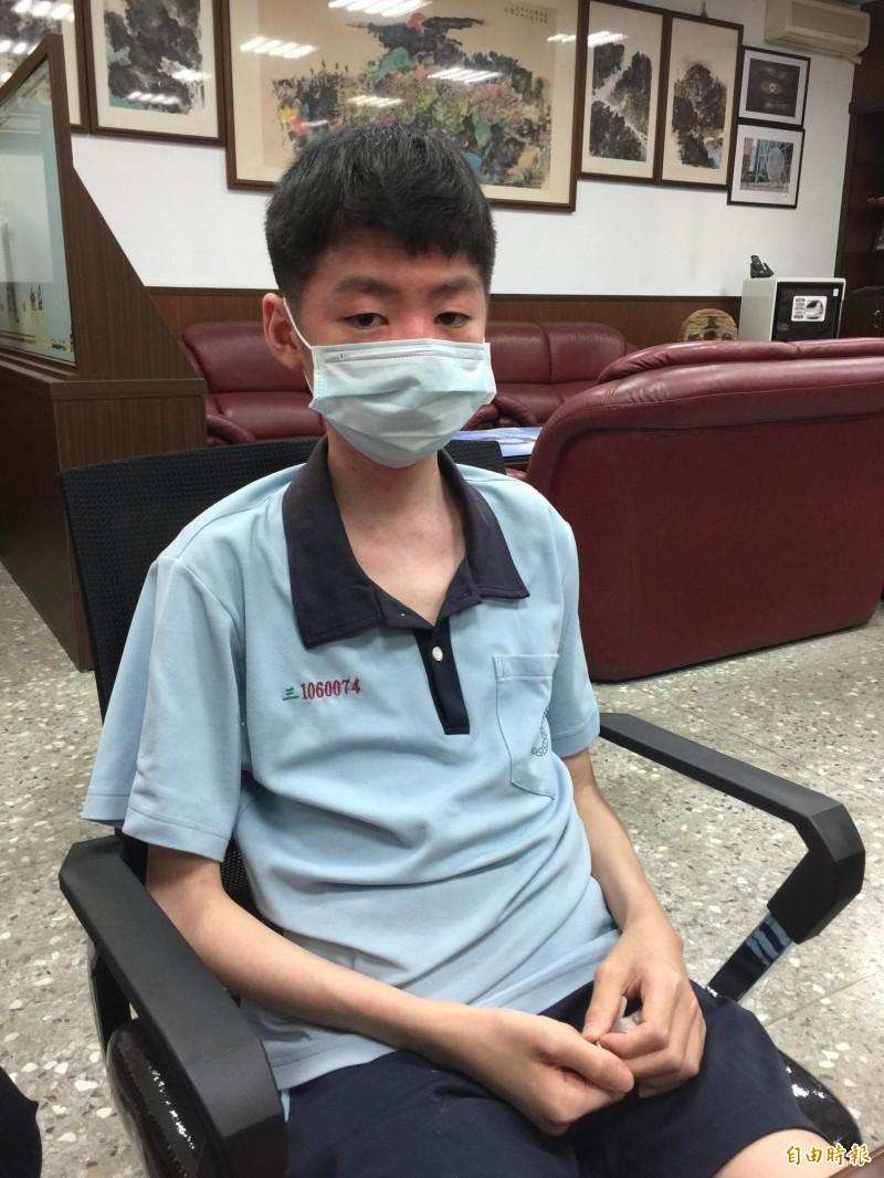 蔡承翰因自體免疫問題手腳無力休學半年靠自學兼顧課業,將成中一中新生。(記者蘇孟娟攝)