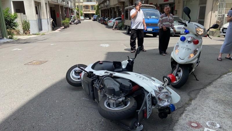 林觀譜機車遭撞倒。(記者張軒哲翻攝)