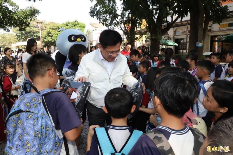 交通部長林佳龍去年11月前往麗寶樂園視察秋冬國旅補助狀況,巧遇校外教學的小學生。(資料照)