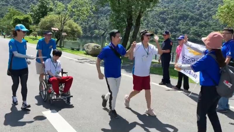 宜蘭特教學校今天舉辦成年禮,學生坐著輪椅參加活動接受挑戰。(記者江志雄翻攝)