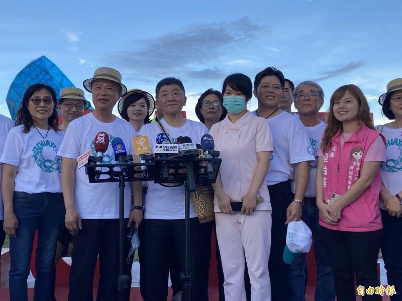 阿中部長(前左3)感謝武漢接機護士蔡佩芸(戴口罩者)為抗疫的付出。(記者蔡宗勳攝)