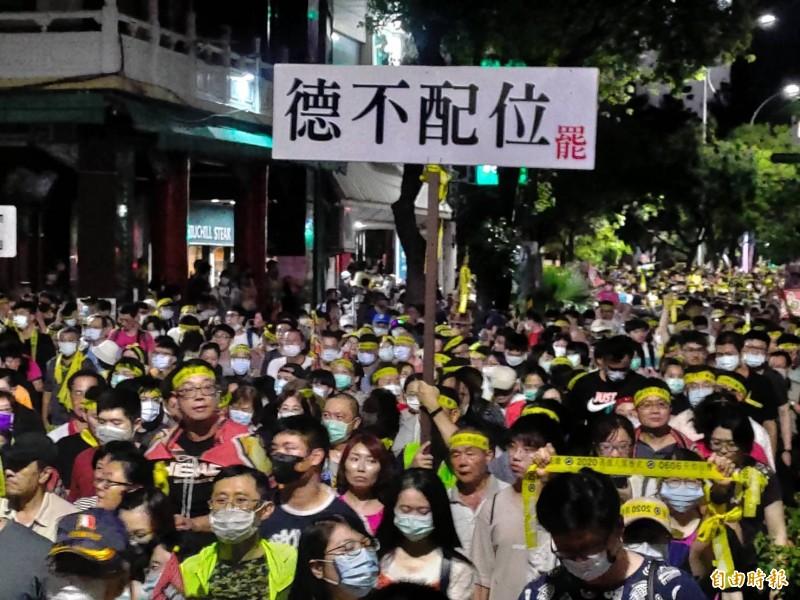 數萬民眾響應罷韓最後一哩路,6月6日出門投票聲撼動高雄夜空。(記者王榮祥攝)