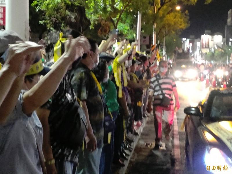 高雄市民熱情響應罷韓活動,民主黃絲帶擠爆人行道。(記者王榮祥攝)
