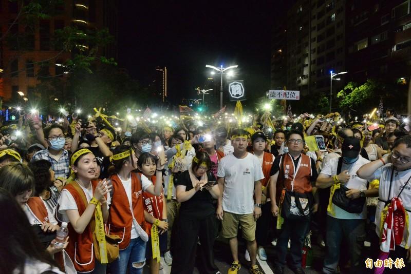 現場民眾擠爆愛河畔。(記者許麗娟攝)