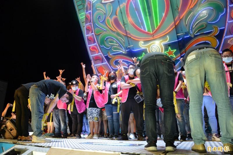 罷韓四君子在舞台上向罷韓特工等參與罷韓的團體和志工深深鞠躬。(記者許麗娟攝)