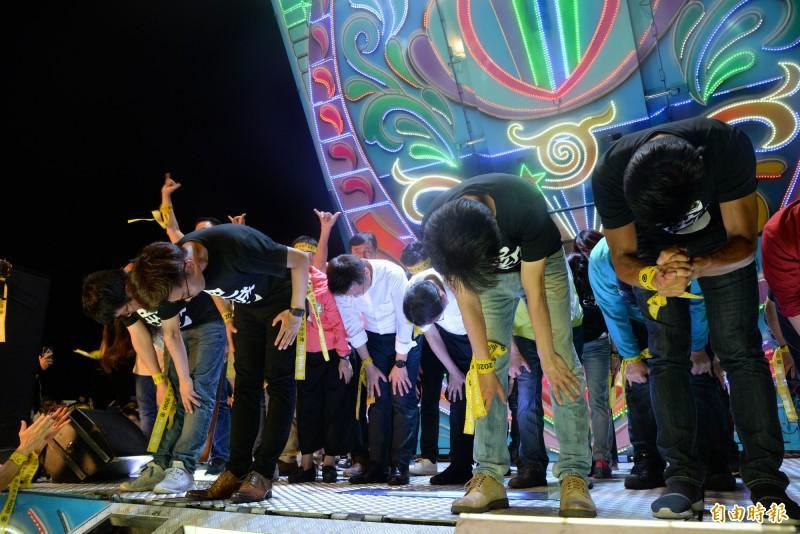 罷韓四君子和所有出席的立委、議員們向台下市民鞠躬,並呼籲勇敢出來投票。(記者許麗娟攝)