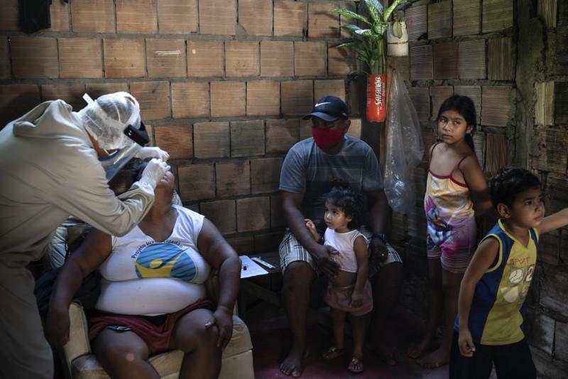 巴西過去24小時新增武漢肺炎確診3萬925例,累計確診61萬5870例,而單日不治1437例,累計死亡3萬4021例,預計本月將進行疫苗人體試驗。(美聯社)