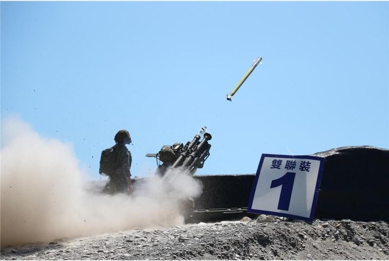 官兵進行DMS雙聯裝刺針飛彈射擊,精準命中目標。(圖:青年日報提供)