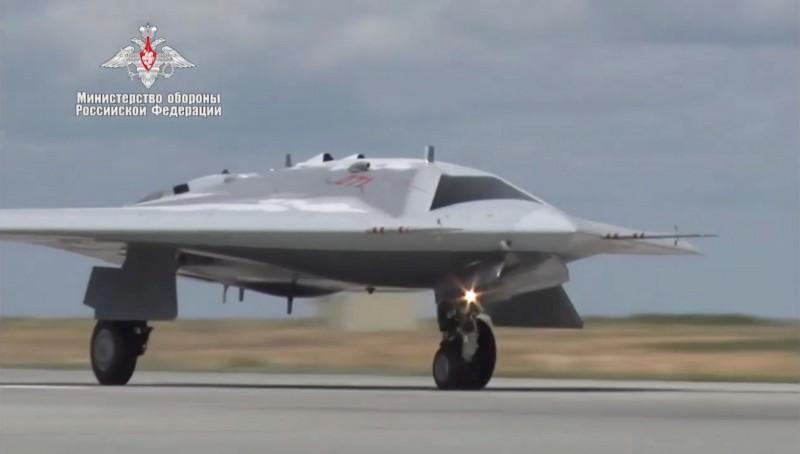 俄媒指出,無人機「獵人」造價約新台幣4億3千萬。圖為「獵人」2019年進行飛行測試。(歐新社檔案照)