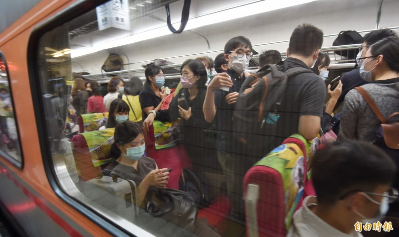 高雄市長韓國瑜罷免案本週六投票,許多北漂民眾都打算返鄉投票,台灣月台、車廂擠滿南下旅客。 (記者劉信德攝)