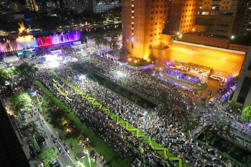 數萬民眾響應罷韓大遊行,撼動高雄夜空!(光復高雄提供)
