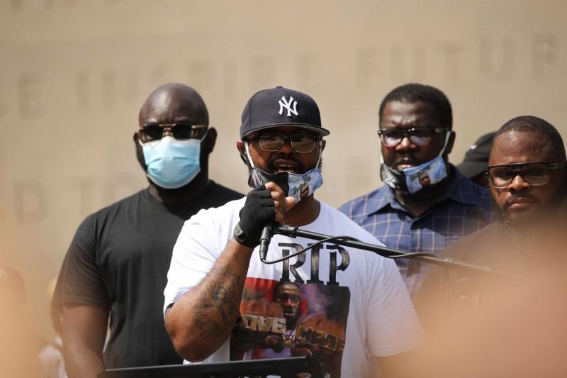 佛洛伊德胞弟泰倫斯‧佛洛伊德(白衣者)現身紐約追悼會,呼籲群眾應該和平示威。(法新社)