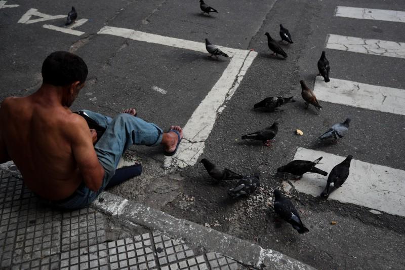 巴西里約熱內盧市長克里韋拉4日更宣佈開放1萬名街頭小販回到街上做生意,克里韋拉告訴記者,「某天,一個小朋友對我說,我寧願死於肺炎,也不要全家餓死」。(歐新社)