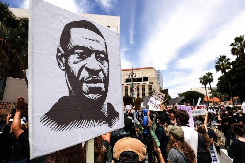 美國非裔男子佛洛伊德遭白人警察以膝壓頸致死,引爆全美示威怒火。(法新社)