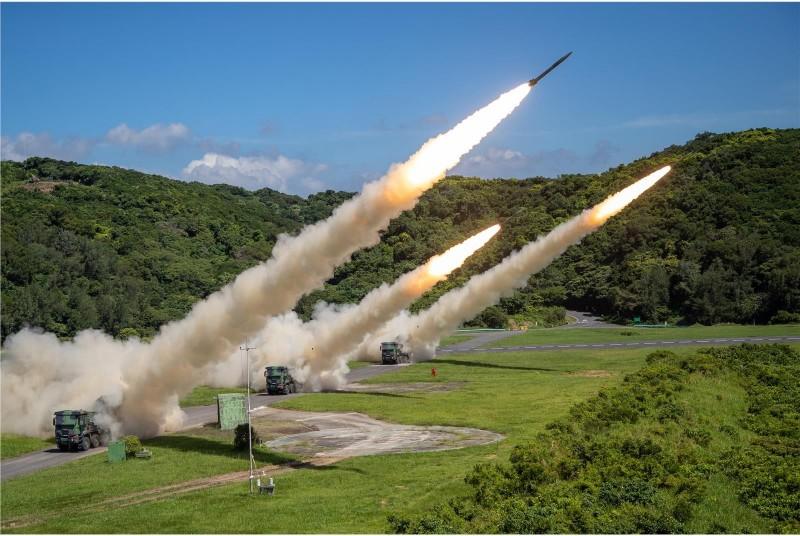 軍方雷霆兩千多管火箭進行實彈射擊,氣勢極為驚人。(圖:青年日報提供)