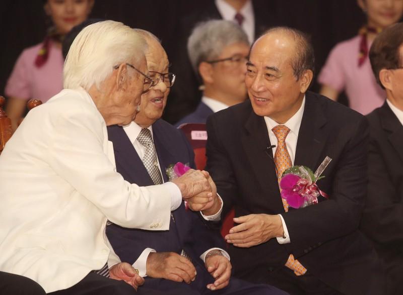 王金平(右1)5日出席台灣師範大學98週年校慶大會,與辜寬敏(左1)同台,兩人互相寒暄。(中央社)
