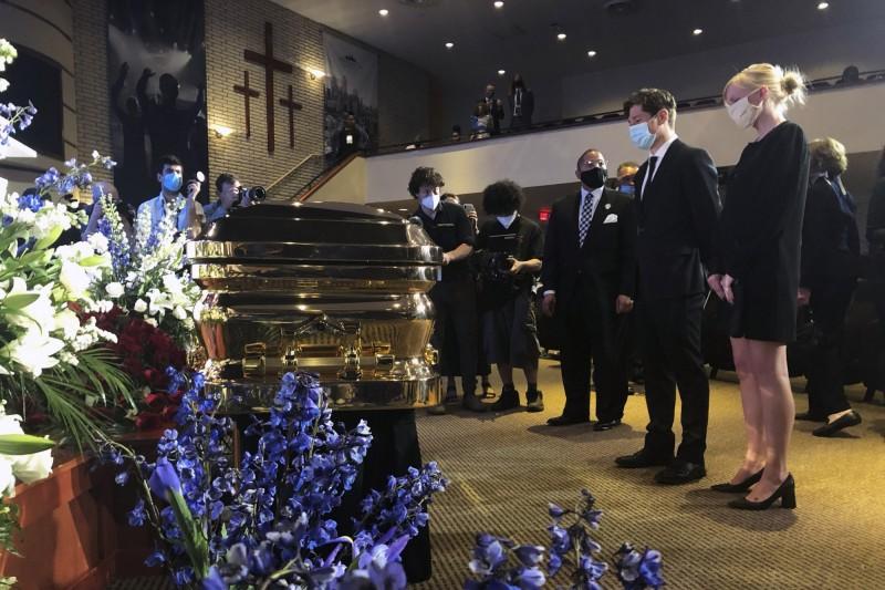 明尼阿波利斯市(Minneapolis)市長佛雷(右二)出席佛洛伊德追悼會。(美聯社)