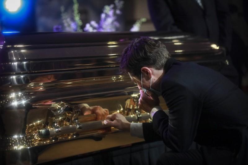 市長佛雷在佛洛伊德的棺木前單膝下跪痛哭。(美聯社)