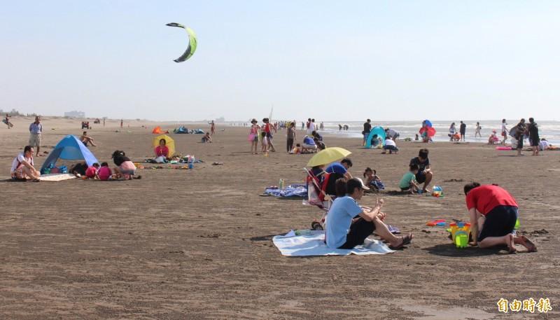 有網友在新竹新月沙灣挖到手機,常客表示很常見。(資料照)