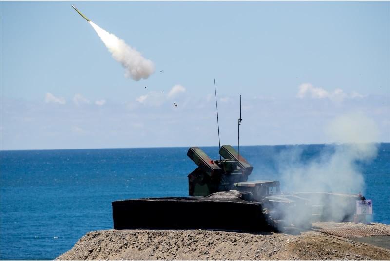 陸軍部隊進行車載式復仇者飛彈車,精準命中模擬共機的靶彈。(圖:青年日報提供)