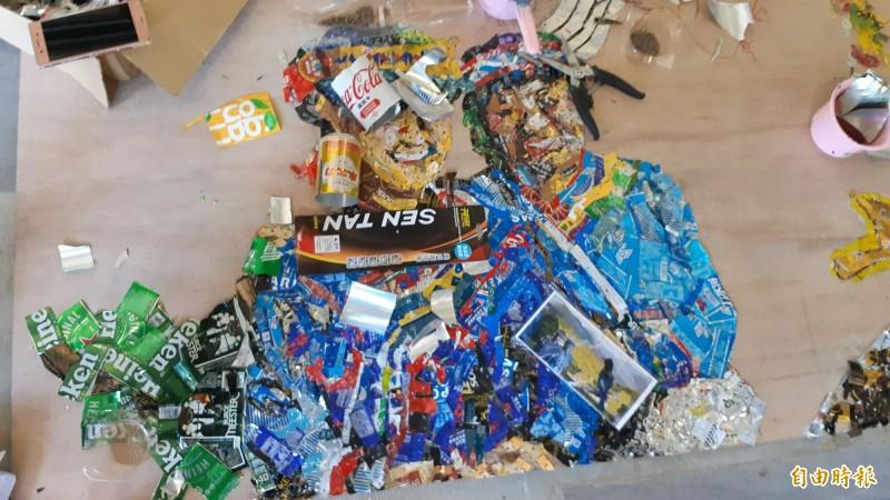 台東女中學生創作中的原住民釘畫,以廢鋁罐拼湊而成。(記者黃明堂攝)