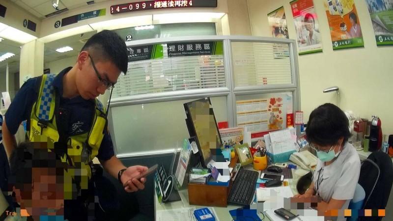 警方勸阻林姓男子(左)匯款3萬元給沈姓女網友。(記者周敏鴻翻攝)