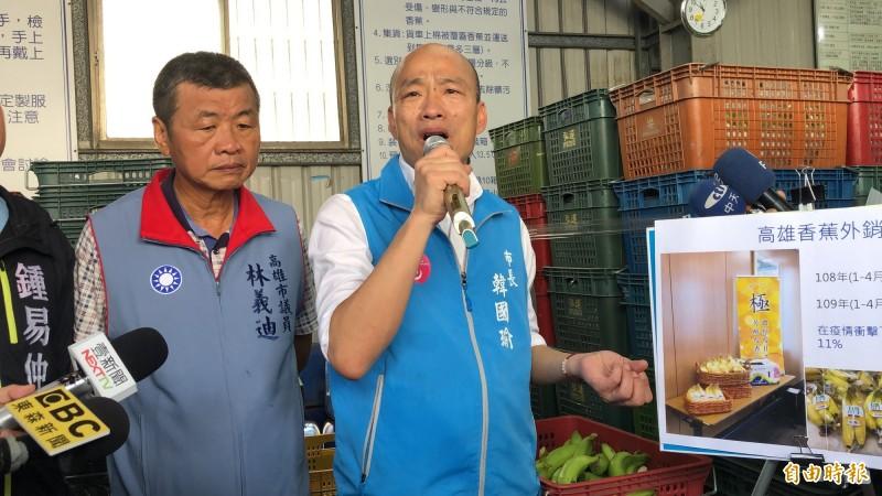 韓國瑜至旗山果菜運銷合作社視察今年香蕉外銷情形。(記者許麗娟攝)