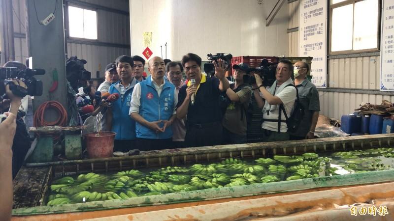 韓國瑜視察香蕉外銷前的作業過程。(記者許麗娟攝)