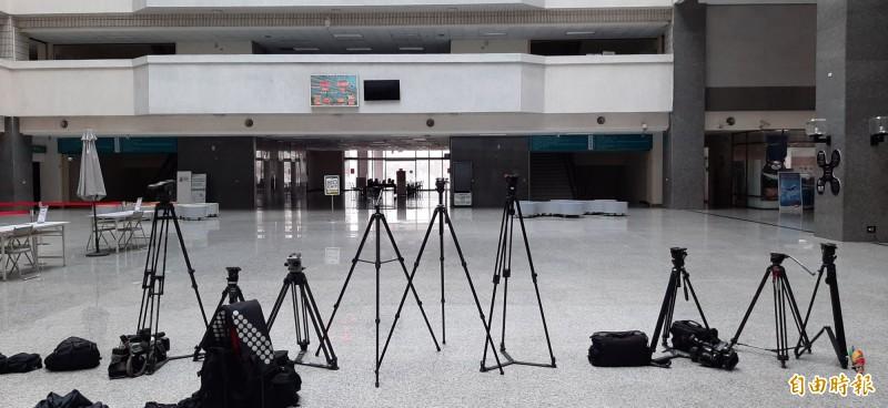 高市府2點通知新增市長行程,韓國瑜將率團隊在罷免投票結束後發表談話,媒體早已卡位。(記者李惠洲攝)