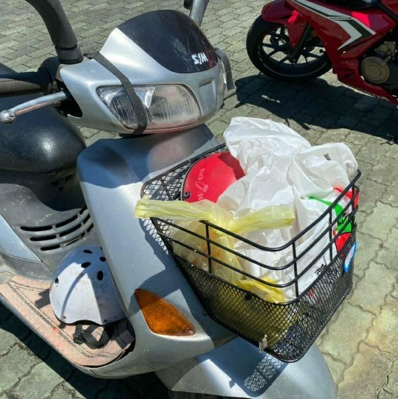 山老鼠騎車不戴安全帽,牛樟苙放置物籃被警查獲。(記者黃明堂翻攝)