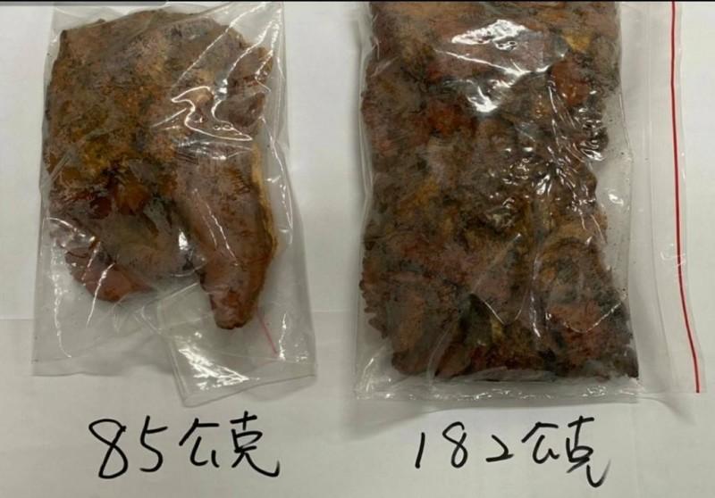 山老鼠盜採的牛樟芝,其中左邊是特級牛樟芝,芒果乾大小價值2萬多元。(記者黃明堂翻攝)