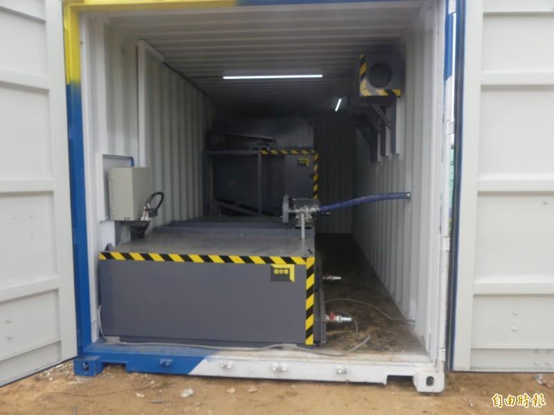 「移動式海廢保麗龍減容櫃」內部構造簡單。(記者吳正庭攝)